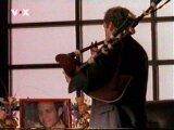 John hraje na pohřbu na dudy